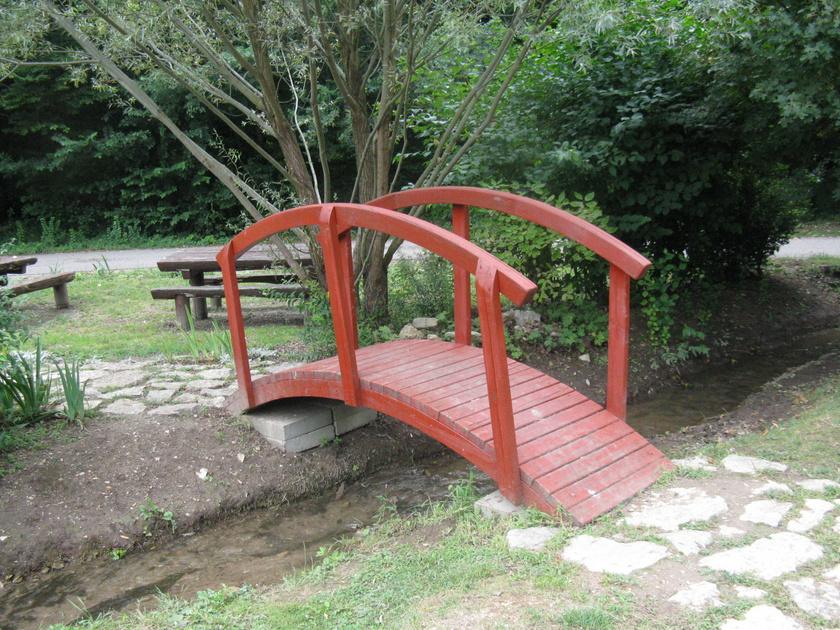 A vízfolyást máshol egy egészen pici híd is átéri.