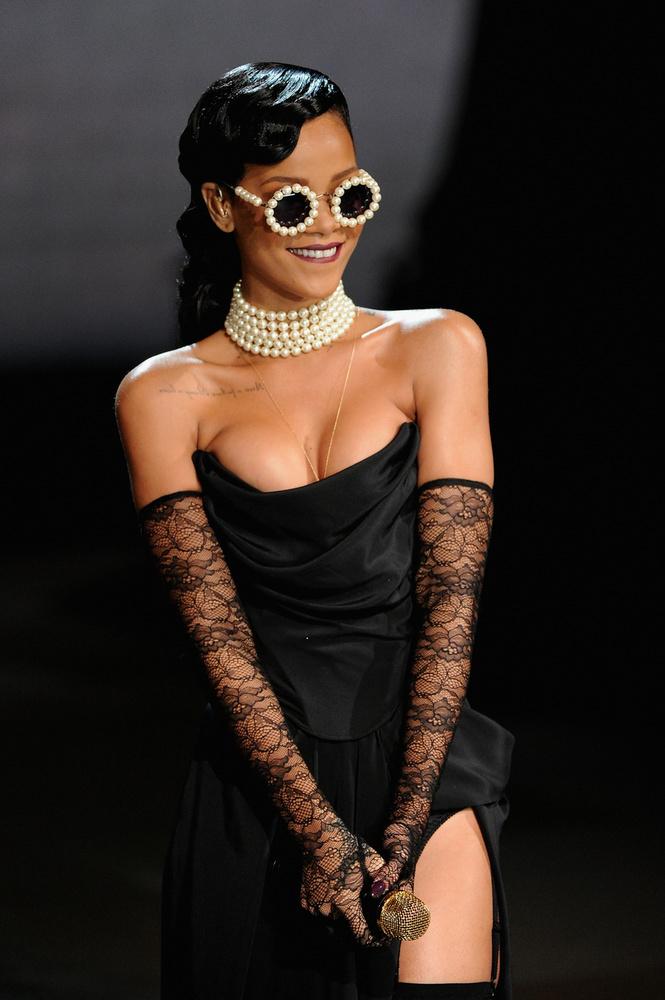 Elkészítették Rihanna gyöngyökkel kirakott napszemüvegének és nyakláncának ehető változatát
