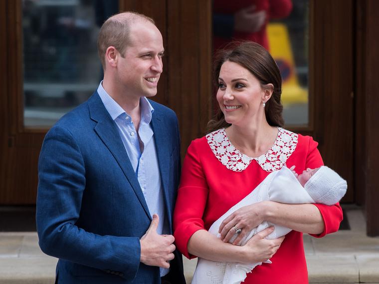 Kate Middleton Lady Dianával ellentétben a sokkal visszafogottabb ékszereket részesíti előnyben, szinte észre sem lehet venni, hogy gyöngyfülbevaló van a fülében