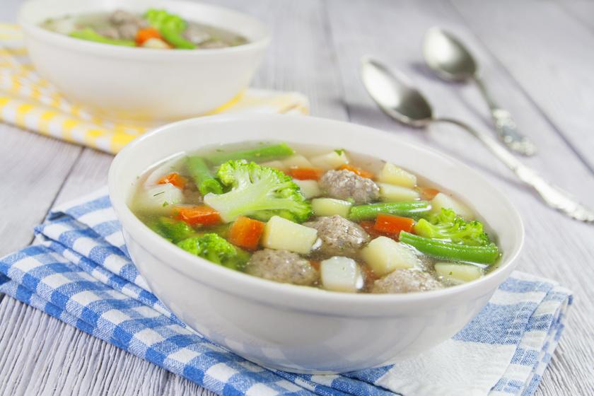 Színes, illatos húsgombócleves sok-sok zöldséggel: aligha bírsz másodikat enni