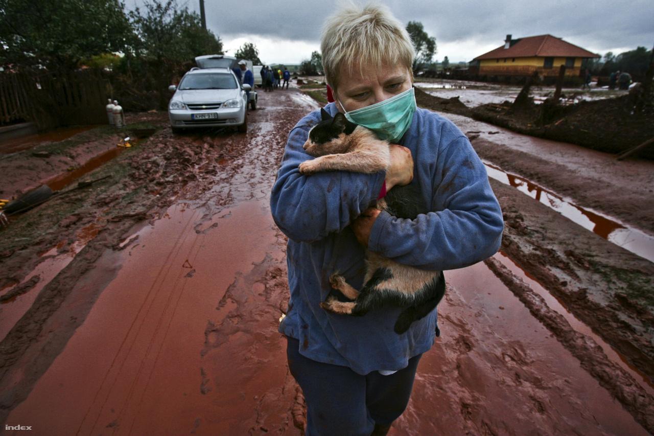 Túlélők - XXIX. Magyar Sajtófotó Pályázat 2010 - MÚOSZ NagydíjA dunántúli Kolontárt 2010 októberében egy pillanat alatt öntötte el a közeli óriástározóból kiszabaduló vörösiszap. Az ipari katasztrófa miatt 10 ember vesztette életét, és több mint 150-en megsérültek. A mérgező vörös áradat képei az egész világot bejárták, a falu azóta is nyögi a pokoli trauma hatásait.
