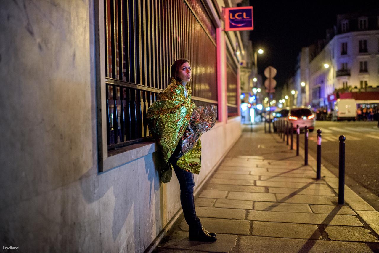 Sokkolta Párizst a terror éjszakája - XXXIV. Magyar Sajtófotó Pályázat 2015 -Képriport Kategória(sorozat) 1. díj2015. november 13-án este brutális terrortámadás történt Párizsban. A terroristák összesen hét helyszínen lövöldöztek civil emberekre. Egy koncerten túszokat ejtettek, és elkezdték egyenként kivégezni őket. Összesen 130 emberrel végeztek, és több mint 350-et megsebesítettek. Az elkövetők közül többeket csak hetekkel később sikerült beazonosítani. François Hollande francia elnök a támadás éjszakáján szükségállapotot rendelt el, mozgósította a katonaságot, bevezette az ellenőrzést a határokon, és háborút hirdetett a terroristák ellen. A legtöbb áldozata a Bataclan koncertteremnél történt lövöldözésnek volt. A koncertterem környéken sokkos állapotban voltak az emberek. A Vöröskereszt lelkisegélypontokat állította fel a kerületben, ahol a terrortámadás történt.