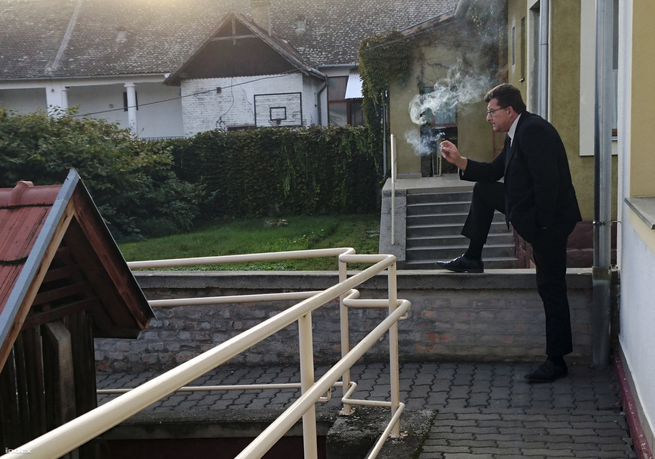 Az utolsó cigaretta a kétségbeesett döntés előtt - Őcsény polgármestere lemond a falut eluraló gyűlölet miatt - XXXVI. Magyar Sajtófotó Pályázat 2016 -Emberábrázolás/Portré Kategória(sorozat) 1.díjŐcsényben tettlegességig mentek el a helyiek, hogy megakadályozzák, hogy egy panziós jótékonyságból menekülteket üdültessen náluk néhány napig. A falusiak soha nem találkoztak még menekülttel, csak a médiából hallottak róluk.A pánik akkora volt, hogy a falusiak lemondásba hajszolták polgármesterüket is, akit nagyra tartottak, és aki beruházásokat, jólétet hozott a településre. Az egykor békés falu a megosztottság színhelyévé vált.A fotón Fülöp János polgármester utolsó cigarettáját szívja el, mielőtt bemenne a közgyűlésre, hogy az események hatására lemondjon tisztségéről.