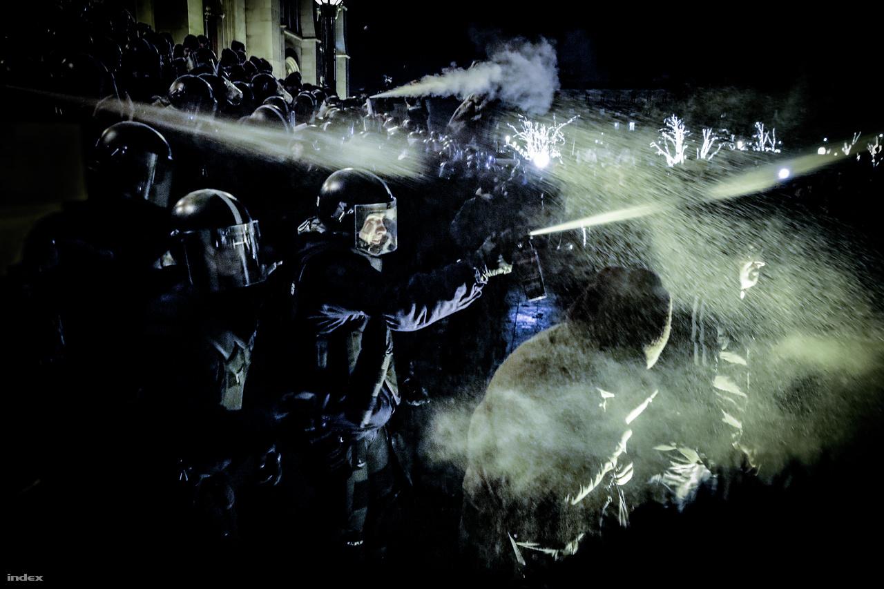 Oszlatás - XXXVII. Magyar Sajtófotó Pályázat 2018 -Hír/Esemény Kategória(egyedi) 3.díjKönnygázzal oszlatják a feldühödött tömeget 2018 december 12-én a Parlament lépcsőjénél a rendőrök.Spontán tüntetések kezdődtekBudapesten miután a Parlament elfogadta a túlóratörvényt.