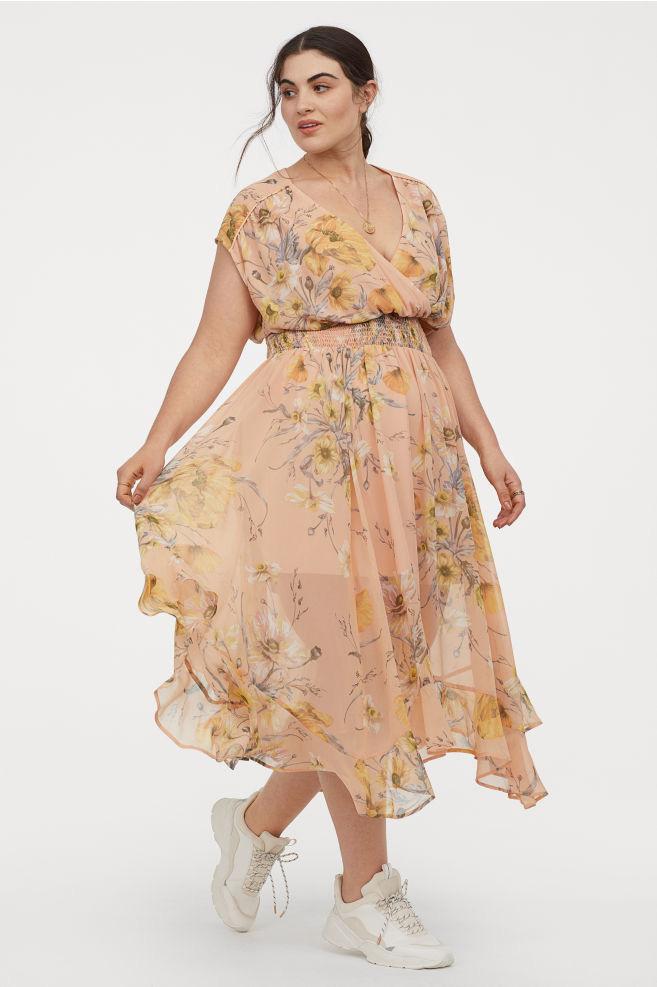 A H&M gyönyörű, romantikus és nőies, átlapolós, mell alatt húzott ruhája kiemeli a dekoltázst, és darázsderekat varázsol. 5995 forintért vásárolhatod meg.