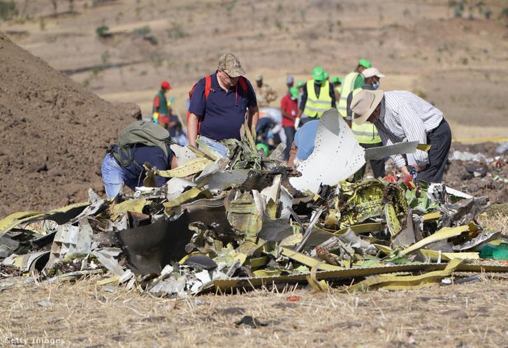 Az etióp légitársaság repülőgépének roncsai 2019. március 12-én.