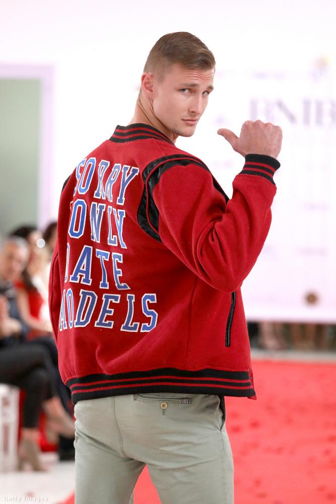"""""""Bocsi, csak modellekkel randizom"""" - olvasható a felirat a dzseki hátulján,..."""