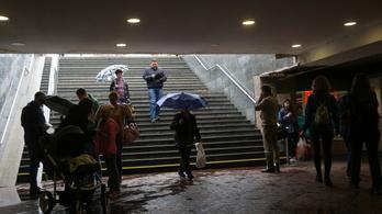 Ma még markoljon rá az esernyőre