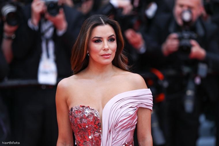 Egy picit azért érdemes visszatekinteni, és még egyszer megnézni, milyen aszimmetrikus ruhában vonult végig a színésznő a vörös szőnyegen