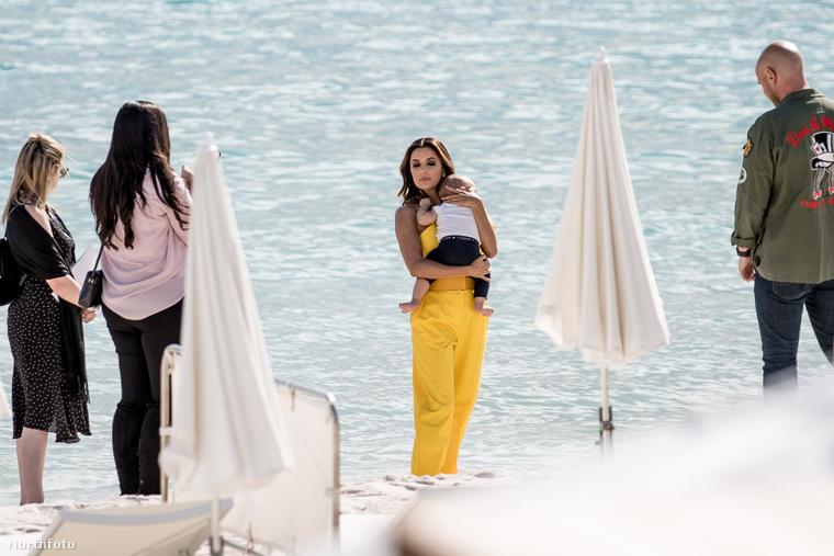 A színésznő Cannes tengerpartjánál, a Croisette strandnál pihente ki a vörös szőnyeges megjelenés fáradalmait, karjában fiával, Santiago Enrique Bastónnal
