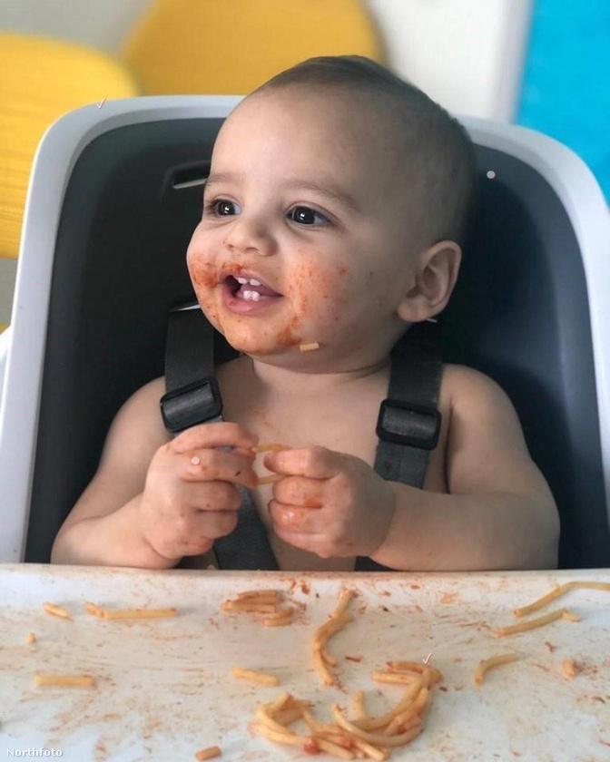 ....például ezt a fotót, amin Santiago épp spagettievés után látható