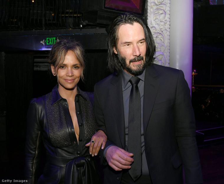 Kár, hogy Reeves pont nem ért rá hajat mosni, de azért így jó őket együtt látni.