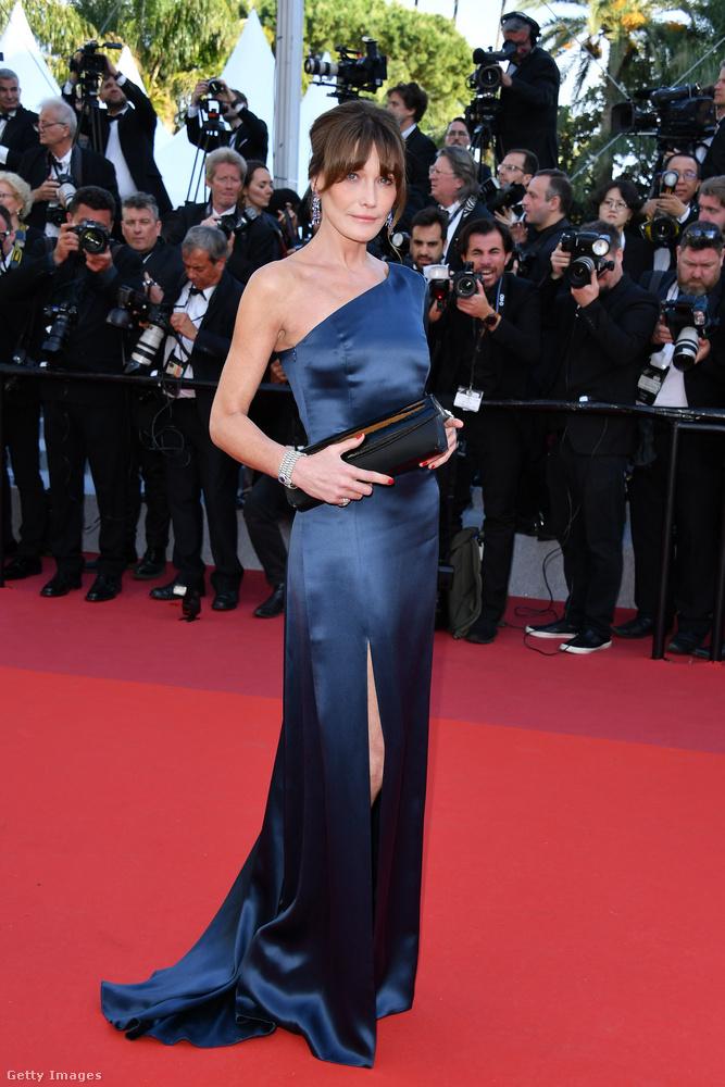 A második pedig Sárközyné Carla Bruni egy éjkék, felsliccelt ruhában