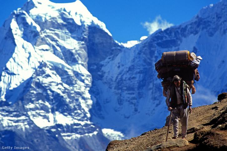 Sherpa táskákkal az Everest nyomvonalán.