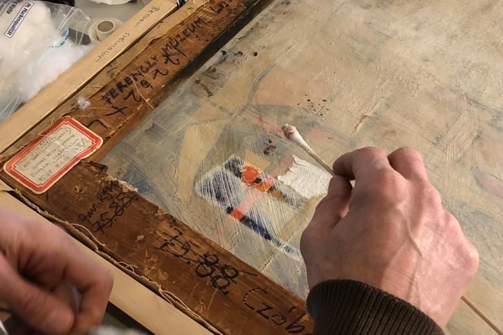 A festmény hátoldalának oldószeres tisztítása