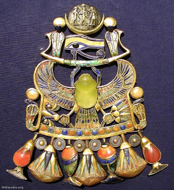 Tutanhamon mellékszerének közepén egy sivatagi üvegből készült szkarabeusz