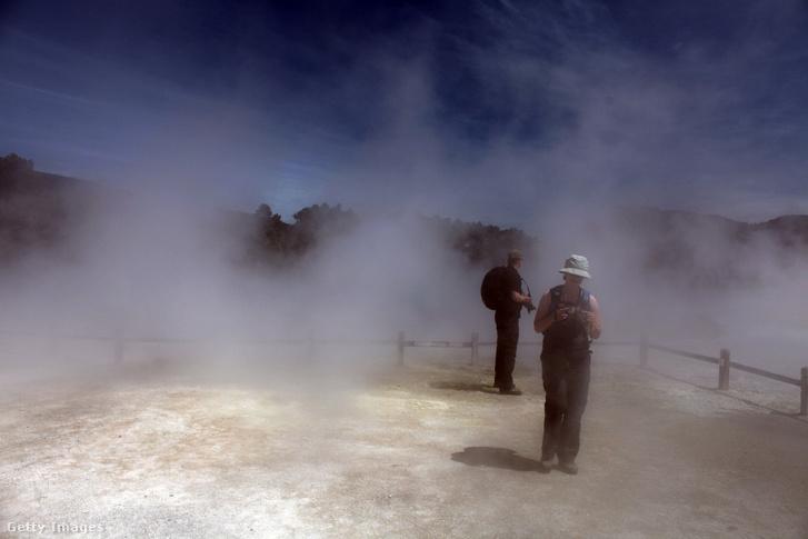 Turisták a Wai-O-Tapu Thermal Wonderland-nél, Új-Zélandon
