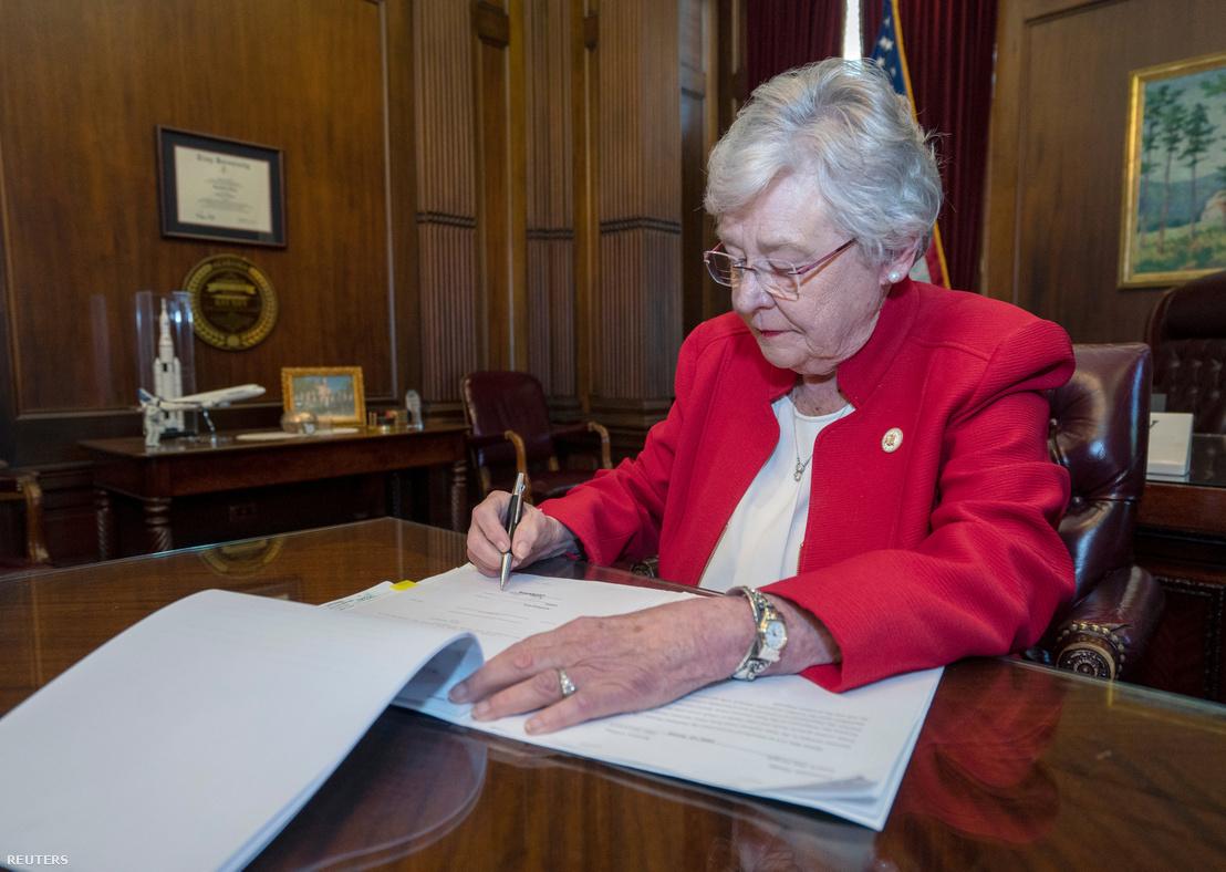 Kay Ivey, republikánus kormányzó aláírja az alabamai abortuszellenes törvényt 2019. május 15-én.