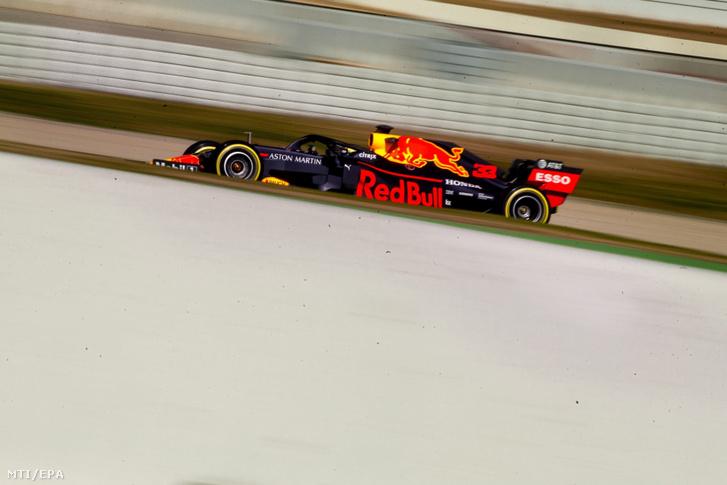 Max Verstappen a Red Bull holland versenyzõje teszteli versenyautóját a Barcelona melletti montmelói versenypályán 2019. február 18-án.
