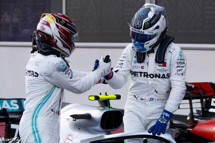 Hamilton és Bottas a Forma-1-es autós gyorsasági világbajnokság Azeri Nagydíja után a bakui versenypályán 2019. április 28-án.