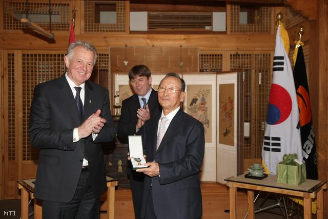 Schmitt Pál köztársasági elnök (b) átadta a Magyar Érdemrend Középkeresztjét Cso Jang Rajnak a Hankook Tire elnökének a dél-koreai Szöulban.