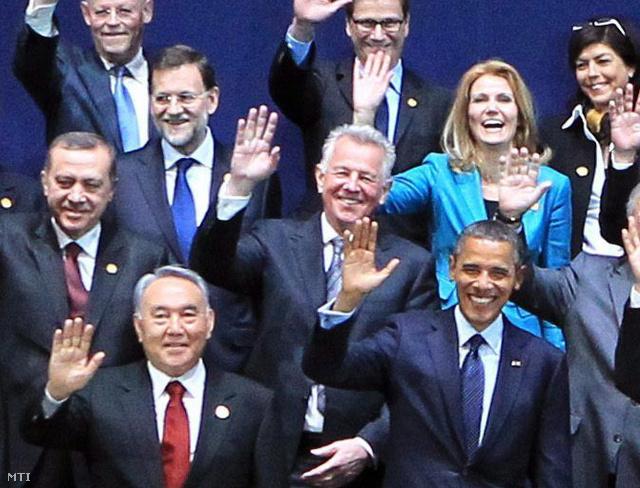 Szöul, 2012. március 27. Schmitt Pál magyar köztársasági elnök integet csoportfelvétel közben a kétnapos dél-koreai nukleáris biztonsági csúcsértekezlet második napján Szöulban. A találkozón 53 ország állam- és kormányfője a nukleáris terrorizmus megfékezéséről, a radioaktív anyagok és létesítmények védelméről, valamint az azok illegális kereskedelmének megakadályozásával kapcsolatos erőfeszítésekről tanácskozik.