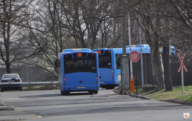 Útban a norvégiai Drammen felé a buszok elhagyják a Rábát.