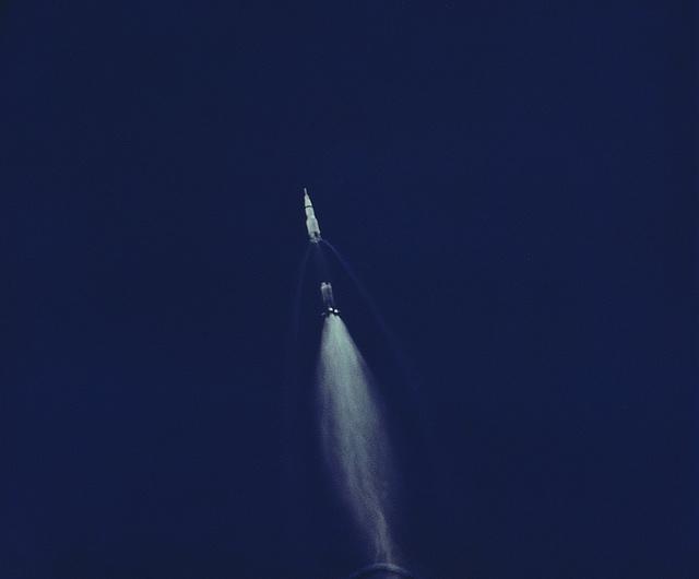 Az Apollo-11 holdküldetés Saturn V-ös rakétájának első fokozata hatvan kilométertes magasságban vált le, majd hullott az Atlanti-óceánba. A képen a leválás pillanata, a fotót egy automata repüléskövető kamera készítette.