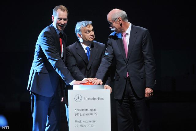 Frank Klein, a Mercedes-Benz Manufacturing Hungary ügyvezető igazgatója, Orbán Viktor és Dieter Zetsche, a Daimler AG vezérigazgatója, a Mercedes-Benz Cars üzletág-vezetője megnyomja kecskeméti Mercedes-gyár átadását jelképező gombot a gyár ünnepélyes megnyitóján