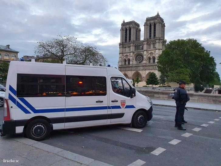 Még mindig nagy a készültség a környéken, minden oldalról gépfegyveres rendőrök állják el az utat.