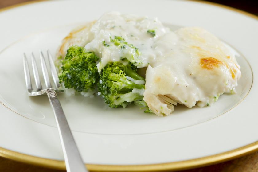 Brokkolis csirkemell extra sajttal: könnyű, ízletes ebéd a sütőből