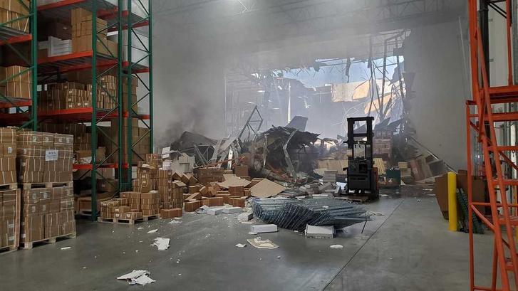 F16-os vadászgép egy raktárépületbe csapódott Kaliforniában