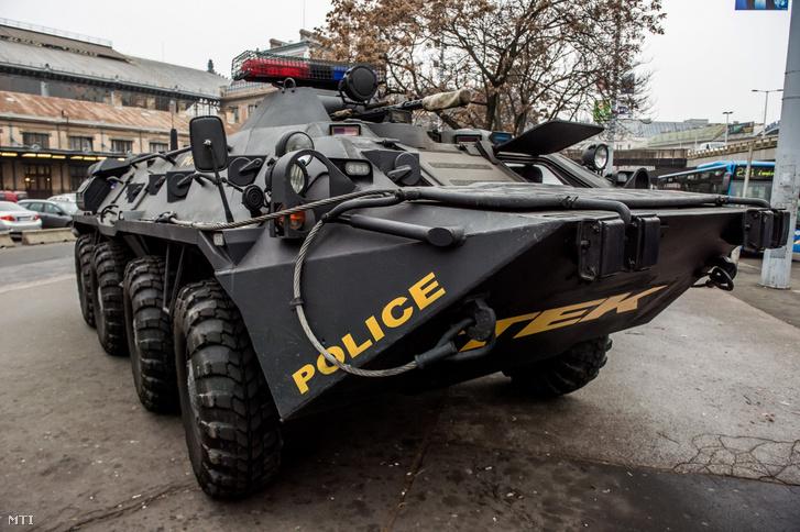 A Terrorelhárítási Központ (TEK) páncélozott szállító harcjárműve Budapesten, a Nyugati pályaudvaron 2016. december 20-án