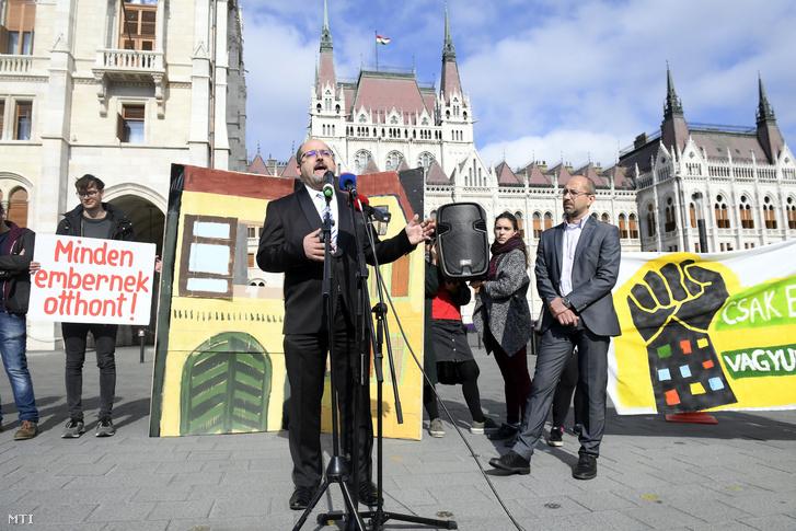 Csárdi Antal, az LMP országgyűlési képviselője (k) és Szabó Szabolcs független képviselő (j) sajtótájékoztatót tart a Város Mindenkié csoport demonstrációján, az Országgyűlés rendkívüli ülése előtt a Kossuth téren 2019. május 17-én.