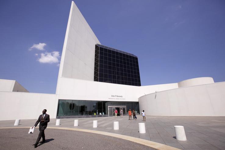 2009. augusztus 19-én készített kép az Ieoh Ming Pei kínai származású amerikai építész által tervezett bostoni John F. Kennedy Könyvtárról.