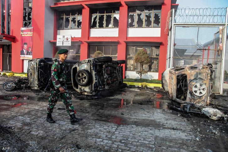 2019. május 16-án készült kép a kiégett autókról, amit a rabok gyújtottak fel a langkati börtön előtt