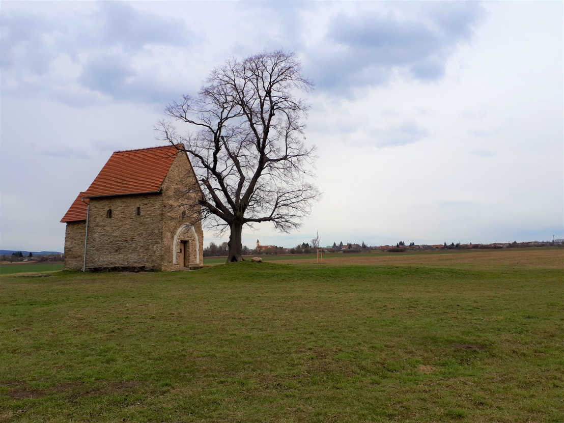 Északról csak két pici ablaka van. Háttérben Kopcsány mai templomának tornya látszik