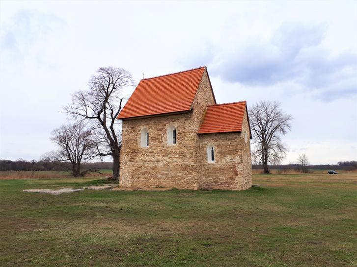 A kopcsányi templom déli oldala helyreállított ablaknyílásokkal