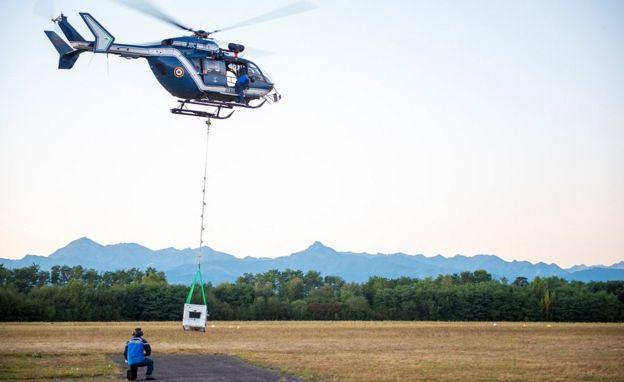 A ládában Soritát szállítják új lakóhelyére helikopterrel
