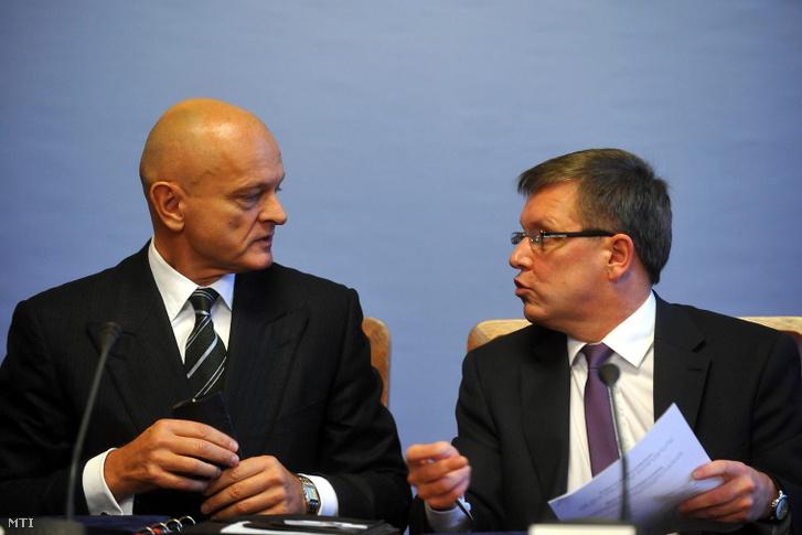 2011. december 15. Patai Mihály, a Bankszövetség elnöke és Matolcsy György nemzetgazdasági miniszter (b-j) beszélgetnek, miután megállapodást írtak alá a Miniszterelnökségen.