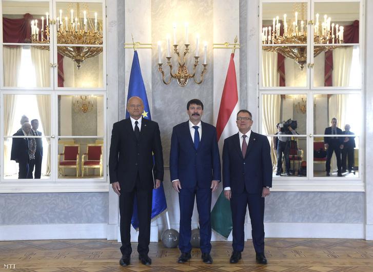 Patai Mihály, a Magyar Nemzeti Bank (MNB) újonnan kinevezett alelnöke (b), Áder János köztársasági elnök (k) és Matolcsy György, az MNB elnöke (j) a kinevezés átadásán a Sándor-palotában 2019. április 17-én.