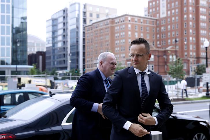 Szijjártó Péter külgazdasági és külügyminiszter (j) megérkezik az Amerikai Izraeli Közpolitikai Bizottság (AIPAC) székházába Washingtonban 2019. május 17-én. Balról Szabó László, Magyarország washingtoni nagykövete.
