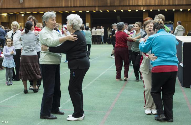 Résztvevők táncolnak a Szenior életmódváltó napon a Testnevelési Egyetemen 2014. december 13-án.
