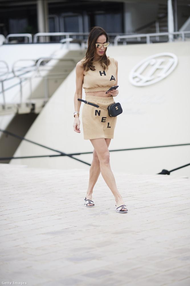 De nem ezt az egy luxuscéget kedveli Andy Vajna özvegye, hiszen az Instagramra a filmfesztiválról kitett friss posztjában a Celine nevű márka felsőjét viseli, de hasonló feliratos megoldással