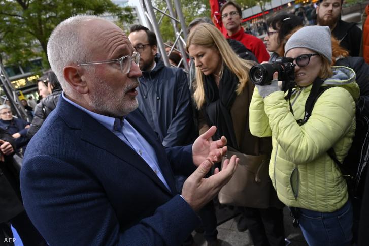 Frans Timmermans korábbi SPD rendezvényen nyilatkozik a sajtónak Berlinben 2019. május 6-án