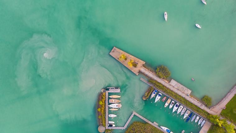 Örvény a Balatonban a balatonalmádi kikötőnél