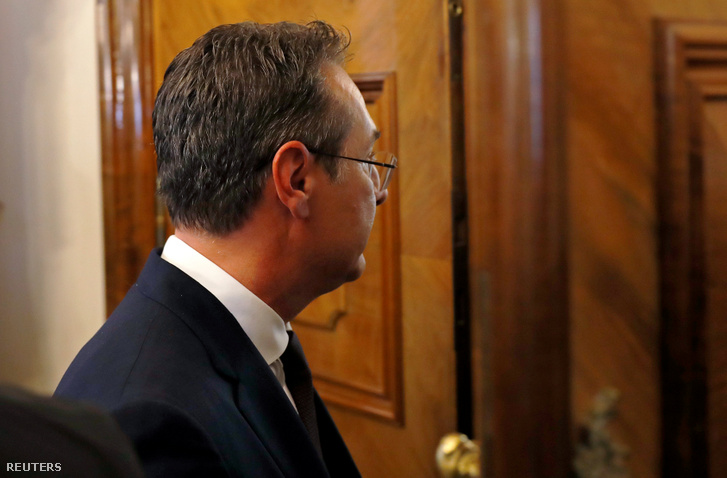 Heinz-Christian Strache elhagyja a sajátótájékoztatót, miután bejelentette lemondását Bécsben 2019. május 18-án