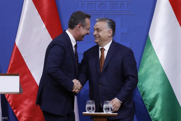 Heinz-Christian Strache kezet fog Orbán Viktoral a Karmelita kolostorban 2019. május 6-án.