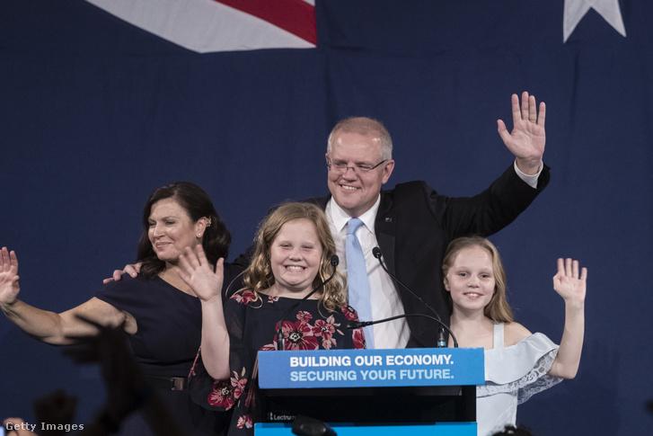 Scott Morrison győzelmét ünnepli feleségével és lányaival