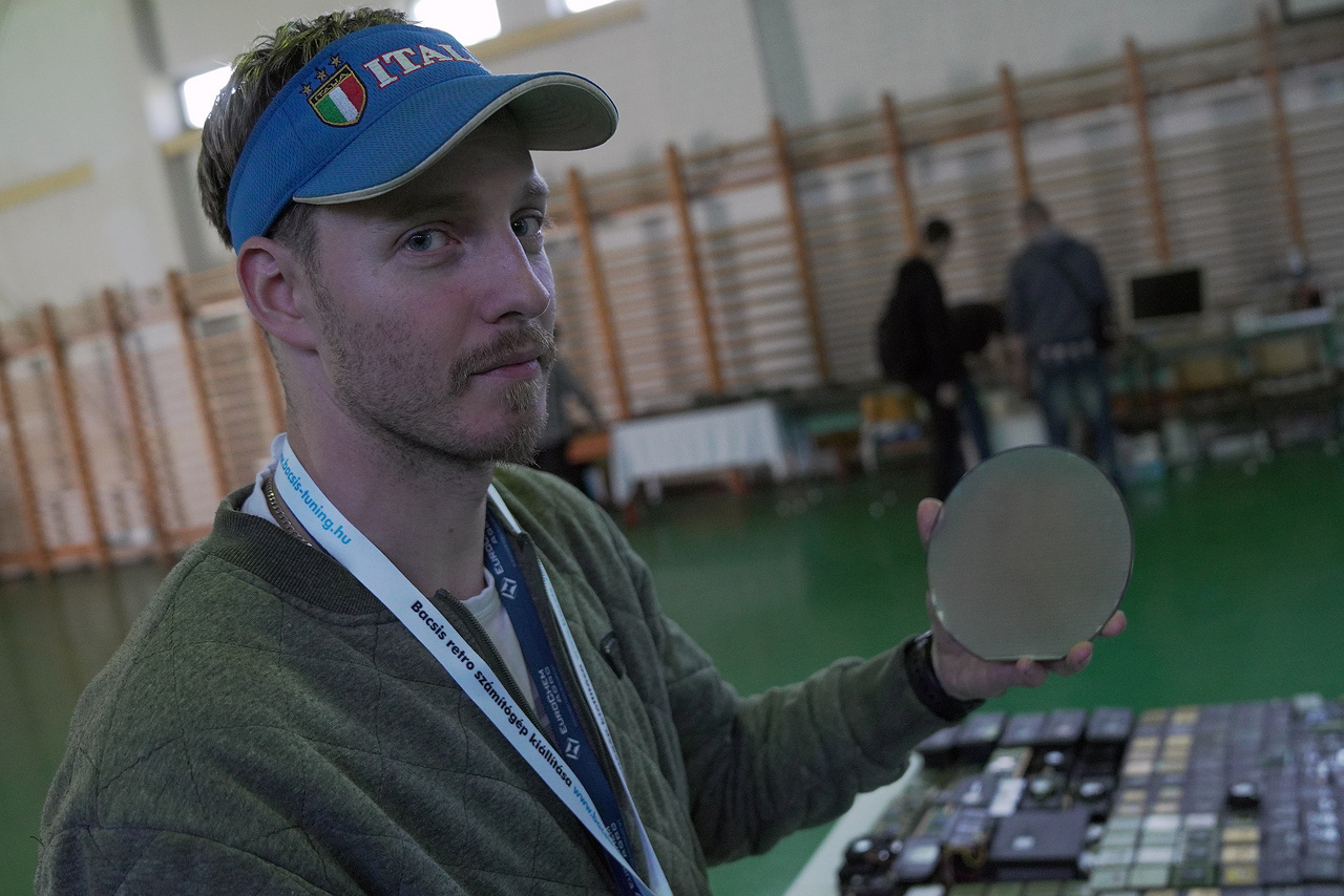 A kiállítás gerincét a szervező, Orsovai Sándor  saját gyűjteménye adja, egyrészt az x86-os PC-k és laptopok evolúcióját szemléltetve, másrészt egyre csak gyarapodó, jelenleg közel 350 darabos CPU gyűjteményét is bemutatva. A képen ő látható, egy chip ostyával.